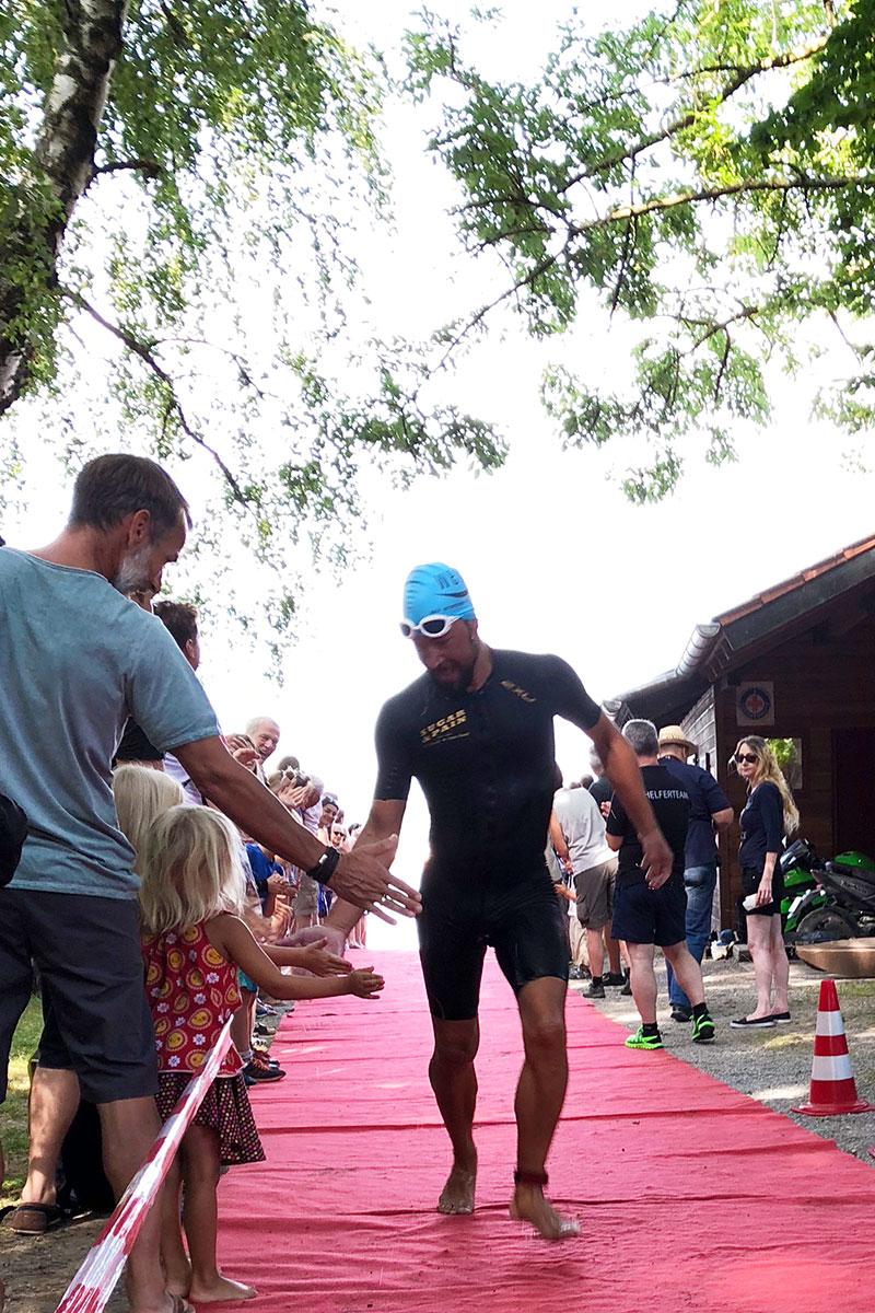 TRIATHLON WÖRTHSEE 2018 Sensationelle Gesamtleistung der SCPE Triathleten / Immer Zeit für High Five mit dem Nachwuchs © Kerstin Drexl